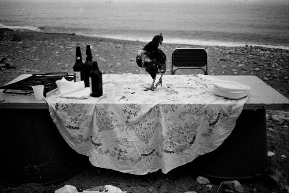 Letizia Battaglia, Nella spiaggia della Arenella la festa è finita, Palermo, 1986. Courtesy l'artista
