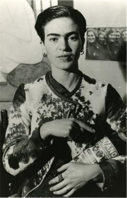 Frida with Cinzano Bottle, New York, 1935 © Lucienne Bloch