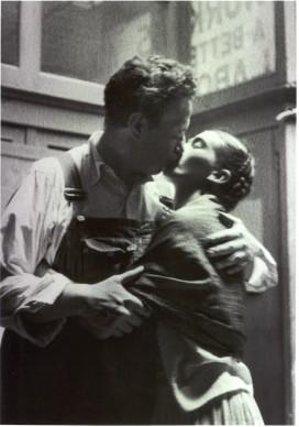 Diego & Frida Caught Kissing, New York, 1933 © Lucienne Bloch