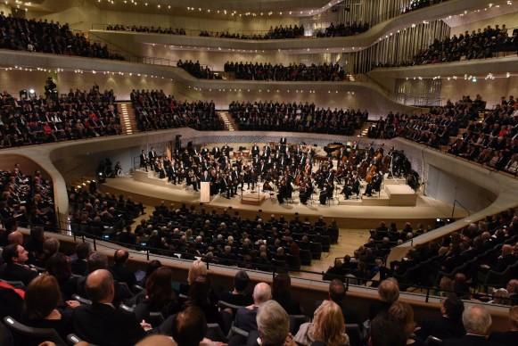 La NDR Elbphilharmonie Orchestra diretta dal Maestro Thomas Hengelbrock sul palco della Grand Hall dell''Elbphilharmonie Hamburg