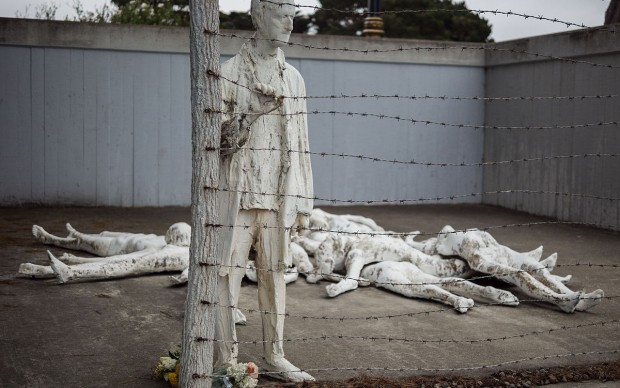 Holocaust Memorial at California Palace of the Legion of Honor. by artist George Segal photo by Eekim fonte Wikipedia