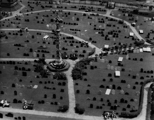 Trinity Churchyard New York, 1934 © Berenice Abbott - Commerce Graphics - Getty Images. Courtesy of Howard Greenberg Gallery, New York