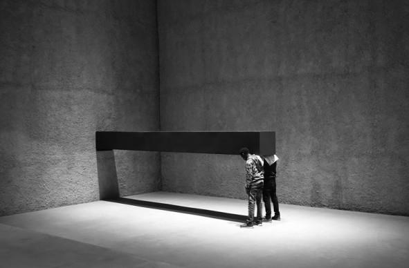 Santiago Sierra, FORMA DI 600 x 57 x 52 CM COSTRUITA PER ESSERE SOSTENUTA PERPENDICOLARMENTE A UNA PARETE, Konig Galerie, Berlin, Germania. Novembre 2016. Courtesy dell'Artista e Prometeogallery di Ida Pisani