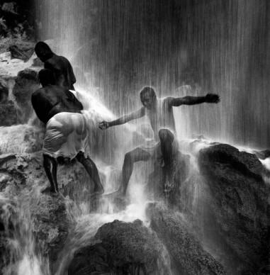 Giorgia Fiorio, Celebrazione Vaudoue. Cascate di Aguas Blancas, Saut d' Eau, Haiti 2000.