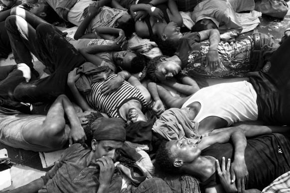 Alcuni migranti eritrei, tratti in salvo da una nave di Medici senza Frontiere, si trovano sul ponte dell'imbarcazione che li sta conducendo a Reggio Calabria, il 27 luglio 2015. © Paolo Pellegrin/Magnum Photos