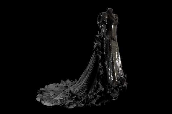 Roberto Capucci, Donazione Vittoria Cappelli, 1981, Costume teatrale per la Vedova Allegra in taffetas plissé nero ricamato con paillettes e canuttiglie di cristallo