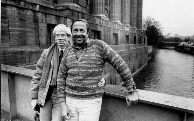 Andy Warhol and Robert Rauschenberg outside the Pergamon Museum in East Berlin, March 1983. Ph. © Christopher Makos, 1983