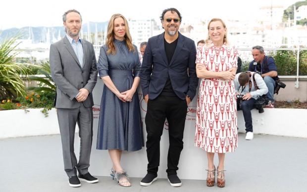 """Miuccia Prada, Alejandro Gonzalez Inarritu, Mary Parent ed Emmanuel Lubezki alla presentazione di """"Carne Y Arena"""", 70esimo Festival di Cannes, maggio 2017 (Photo by Andreas Rentz/Getty Images)"""
