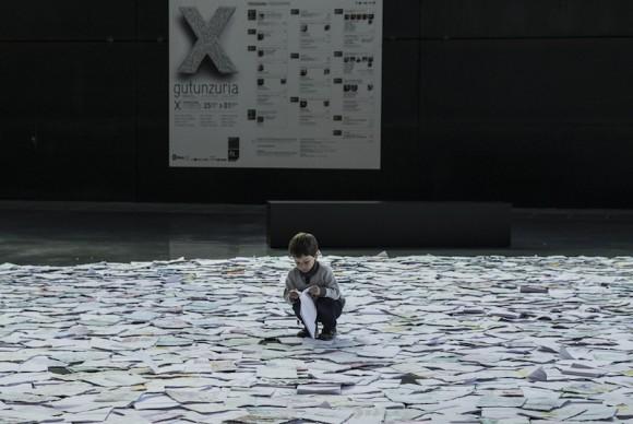 Luzinterruptus, Denboran Zehar/A través del tiempo/Through Time, 2017, Bilbao. Photo by Lola Martínez