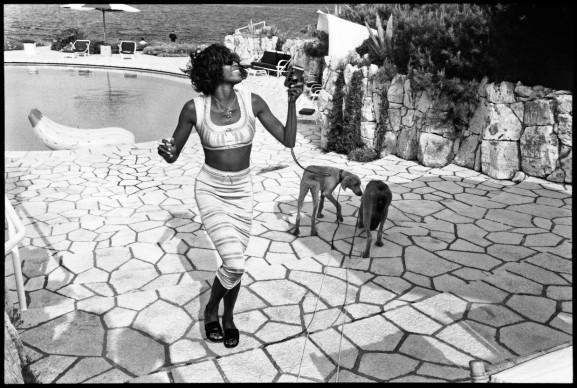 Jean Pigozzi, Naomi Campbell with Mick and Bono (the dogs), Antibes, 1993 © Jean Pigozzi