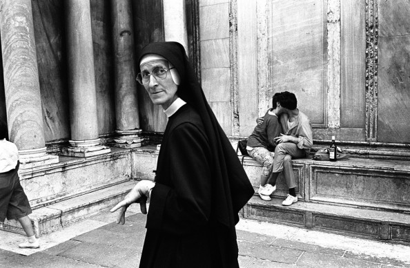 The nun and the lovers, Venice, Italy, 1986 © Credits: Donna Ferrato
