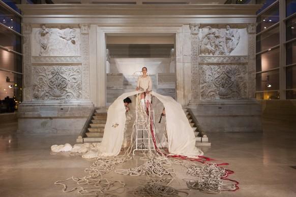 Thomas De Falco, Alba, performance ed installazione tessile, 2016, Museo dell'Ara Pacis, Roma