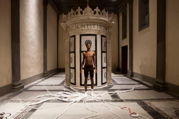 Thomas De Falco, RED, performance ed installazione tessile, 2015, Cappella Rucellai, Museo Marino Marini, Firenze