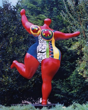 Niki de Saint Phalle (1930-2002), Dancing Nana (Rouge d'Orient – Bloum), 1995, polyethylene resin, fibreglass, steel, paint, 1,024 x 768 cm. François Odermatt Collection, in collaboration with the McGill University Visual Arts Collection. © 2017 Niki Charitable Art Foundation / ADAGP / SODRAC