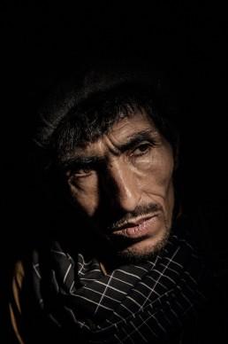Muhammad Dawod, 36 anni, posa per un ritratto a Kabul, Afghanistan. Muhammad è stato dipendente dall'eroina per 15 anni e sopravvive riparando scarpe e facendo il borseggiatore. Ha una moglie e sette bambini. © Adam Ferguson