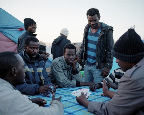 Uomini sudanesi giocano a carte. Calais, Francia, novembre 2015 © Daniel Castro Garcia