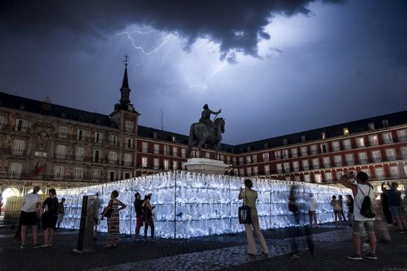 Luzinterruptus, Labyrinth of plastic waste, Madrid, giugno 2017