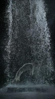 Tristan's Ascension (The Sound of a Mountain Under a Waterfall), 2005, interpreti: John Hay, Courtesy of Bill Viola Studio © Bill Viola. Photo: Kira Perov