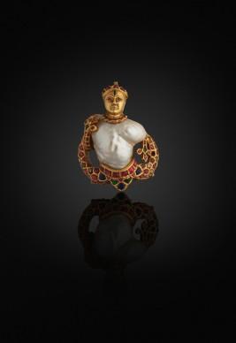 Ciondolo, India, 1575-1625 c.Perla, oro, diamanti, rubini, smeraldi, zaffiri, vetro, smalto, lacca © The Al Thani Collection