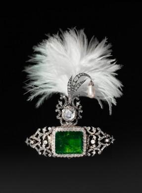 Ornamento per turbante, India, 1900 circa. Fermaglio, Cartier Parigi, 2012. Oro, argento, smeraldo, diamanti, perla © The Al Thani Collection