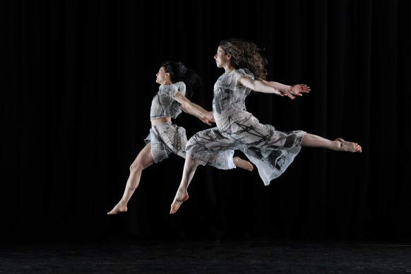 Yasmeen Godder e Abigail Yager - Candoco Dance Company, Set and Reset/Reset, photo by Hugo Glendinning