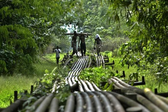"""George Osodi,  Pipeline, 2006,  dalla serie   """"Oil Rich Niger Delta""""  © l'artista"""