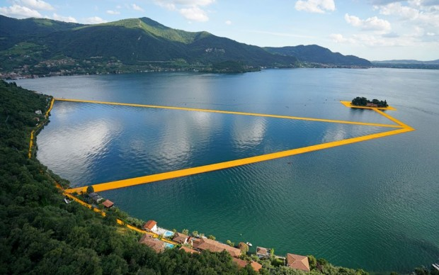 Christo & Jeanne-Claude, The Floating Piers, Lago d'Iseo - Italia. Photo by Wolfang Volz, courtesy of Taschen