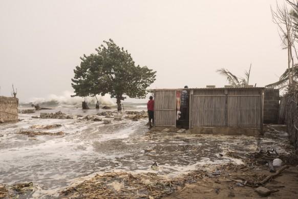 Appena si alza la marea il villaggio di  Fuvemeh viene rapidamente inghiottito dall'inondazione Ghana, 2016  ©Matilde Gattoni