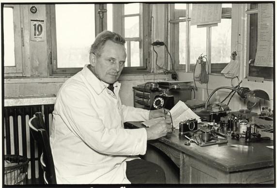 Julius Huisgen, Oskar Barnack at His Workplace in the Hausertor Works, 1934 © Leica Camera AG