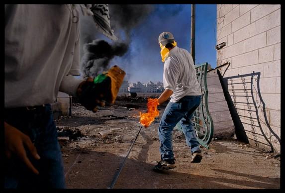 James Nachtwey, Inizio della seconda Intifada. Cisgiordania, 2000 © James Nachtwey