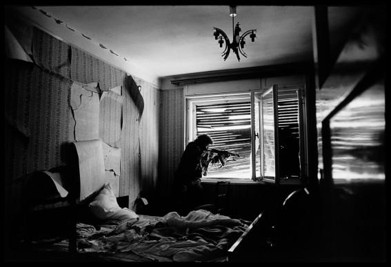 James Nachtwey, Un soldato croato bosniaco spara contro i musulmani bosniaci. Mostar, Bosnia-Erzegovina, 1993 © James Nachtwey