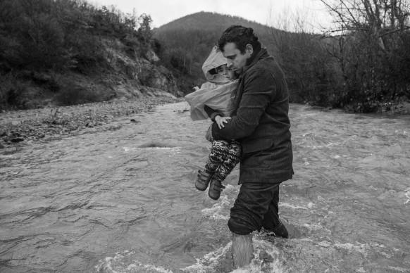 James Nachtwey, Un uomo attraversa i campi al confine con la Macedonia, 2015 © James Nachtwey