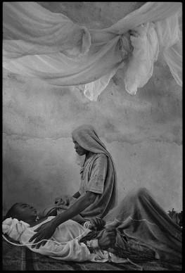 James Nachtwey, Una madre accudisce il figlio malato di epatite E in un ospedale nel Darfur, 2004 © James Nachtwey