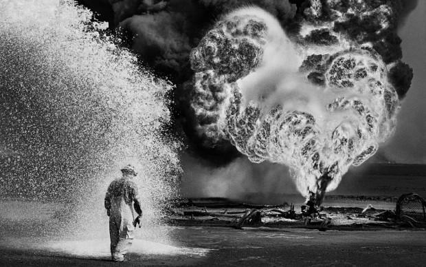 Spray chimici proteggono questopompieredal calore delle fiamme. Pozzi di petrolio, Greater Burhan, Kuwait, 1991.© Sebastião Salgado /Amazonas Images/Contrasto
