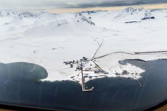 Veduta della Base Artica di Ny Alesund da un aereo in avvicinamento. Norvegia, 2016 ©Paolo Verzone