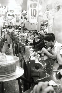 Robert Frank, Drugstore – Detroit, 1955 © Robert Frank, The Albertina Museum, Vienna – Dauerleihgabe der Österreichischen Ludwig-Stiftung für Kunst und Wissenschaft