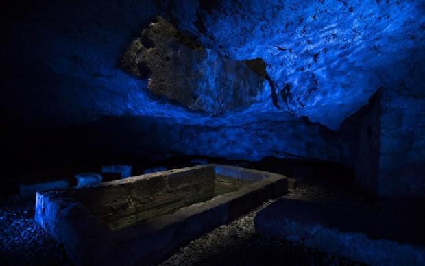 Giulio De Mitri, Scavi di Luce, 2017.Installazione ambientale site specifi, Cripta del Redentore di via Terni.jpg