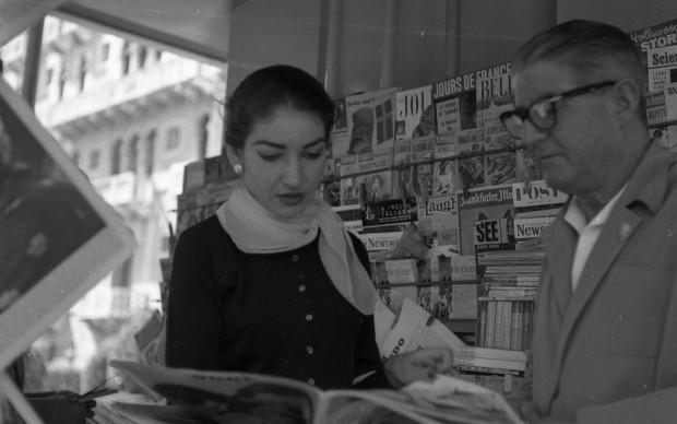 Maria Callas in un'edicola di Roma, 1957