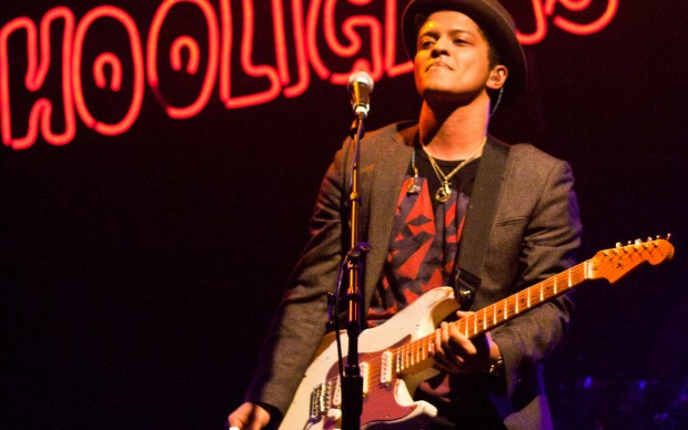 Bruno Mars live nel 2010 a Houston, photo by Brothers Lee fonte Flickr