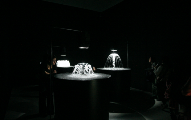 Olafur Eliasson, Object defined by activity (now / soon / then), 2009 Water, stainless steel, foam plastic, plastic, pump, nozzles, strobe light. Dimensions variables Installation view at 21st Century Museum of Contemporary Art, Kanazawa, Japan, 2009 Photographer: Studio Olafur Eliasson Courtesy of the artist, neugerriemschneider, Berlin; Tanya Bonakdar Gallery, New York © 2009 Olafur Eliasson