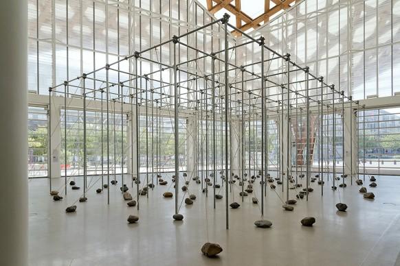 Vista dell'installazione di Kishio Suga al Centre Pompidou-Metz