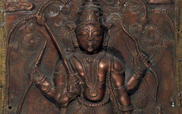 Vīrabhadra con nella mano destra superiore il tridente e nella sinistra superiore un cobra. Maharashtra meridionale, India centrale, XVIII sec. Fusione in lega di rame (ottone). Cm. 26,5 x 15,7