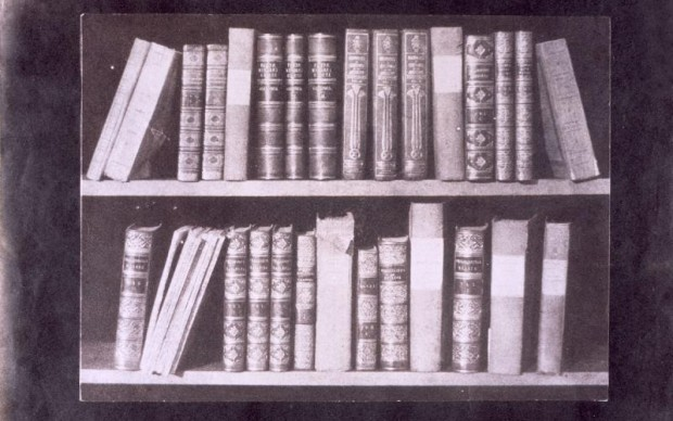 William Henry Fox Talbot, A Scene in a Library, tratto da The Pencil of Nature, 1841-1844, The National Science and Media Museum, Bradford, the United Kingdom © Science & Society Picture Library