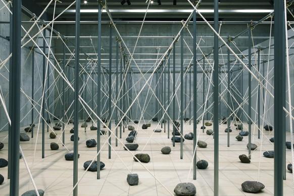 Vista dell'installazione di Kishio Suga,  Sculpture Garden Museum, Shizuoka, Giappone