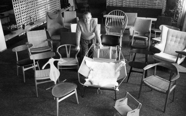 Hans J. Wegner surrounded by his chairs Photo: Poul Petersen/Scanpix 2017
