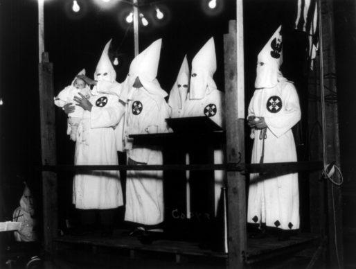 Battesimo del più piccolo degli uomini del Ku Klux Klan, Stanley W., di 8 settimane͟. 1924 U.S.A. Autore sconosciuto © Courtesy Triangle Studio of Photography / Library of Congress