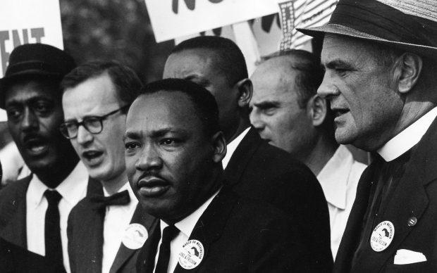 Martin Luther King Jr. e Mathew Ahmann in mezzo alla folla durante la Marcia per i Diritti Civili͟. È in questa occasione che è stato pronunciato da Martin Luther King, davanti al Lincoln Memorial, il suo più famoso discorso dal titolo ͞I have a dream͟. 28 agosto 1963 Washington, D.C., USA Foto di Rowland Scherman (1937) © Courtesy U.S. Information Agency - Press and Publications Service / NARA - National Archives and Records Administration