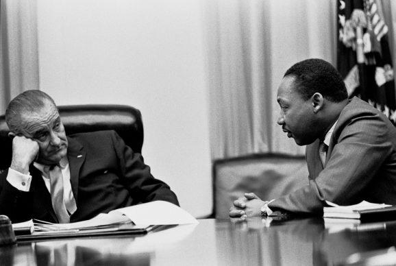 Il presidente Lyndon B. Johnson incontra Martin Luther King, Jr. nella Sala di Gabinetto della Casa Bianca͟. 18 marzo 1966, Washington, D.C., U.S.A. Foto di Yoichi Okamotow (1915 –1985) © Courtesy Lyndon Baines Johnson Library and Museum