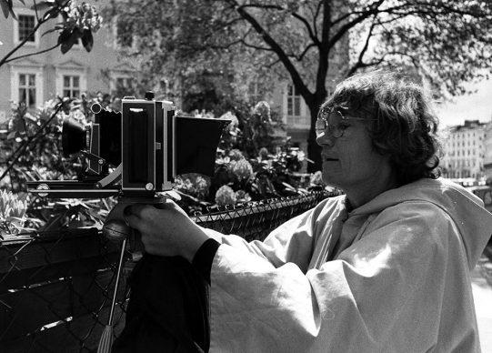 Walther Betz, Sigrid Neubert fotografiert die Deutsche Botschaft in London, 1978 © Archiv Betz Architekten München