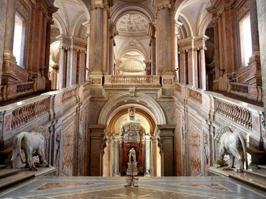 Liu Bolin, Scalone d'Onore, Reggia di Caserta. Courtesy Boxart, Verona